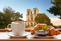 Cattedrale di Notre Dame con caffè ed i croissant a Parigi, Francia fotografie stock