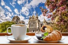 Cattedrale di Notre Dame con caffè ed i croissant a Parigi, Francia fotografia stock libera da diritti