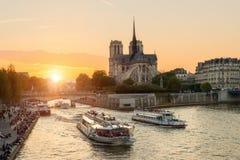 Cattedrale di Notre Dame de Paris con la nave da crociera nella Senna Immagini Stock Libere da Diritti