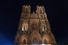 Cattedrale di Reims alla notte immagini stock libere da diritti