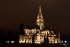 Cattedrale di Salisbury alla notte fotografie stock