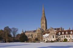 Cattedrale di Salisbury nella neve fotografia stock