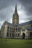 Cattedrale di Salisbury sotto il cielo lunatico Immagine Stock Libera da Diritti