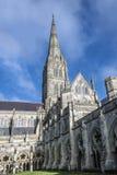 Cattedrale di Salisbury, Wiltshire, Inghilterra - mostrare il cortile interno, il vetro macchiato, le finestre e la guglia famosa fotografia stock