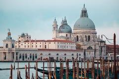Cattedrale di Santa Maria della Salute e della gondola nella priorità alta a Venezia, Italia Immagine Stock Libera da Diritti