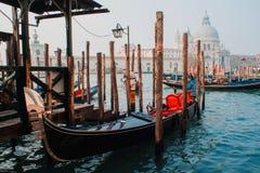 Cattedrale di Santa Maria della Salute e della gondola nella priorità alta a Venezia, Italia Immagini Stock