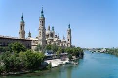 Cattedrale di Saragozza e fiume di Ebro fotografie stock