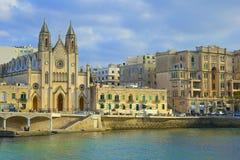 Cattedrale di Sliema e lungomare, Malta fotografia stock libera da diritti