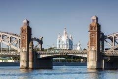 Cattedrale di Smolny nell'allineamento del ponte di Bolsheokhtinsky Fotografie Stock