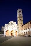 Cattedrale di St Martin a Lucca alla notte Fotografia Stock