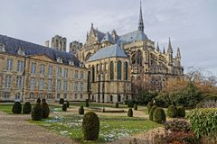 Cattedrale e giardini di Reims fotografia stock
