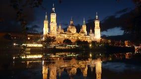 Cattedrale ed il fiume Ebro nella notte Saragozza stock footage