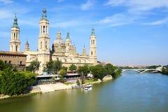 Cattedrale ed il fiume Ebro a Saragozza Fotografia Stock Libera da Diritti