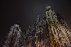 Cattedrale gotica di Iluminated, scena di notte Fotografie Stock