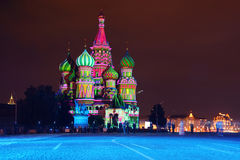 Cattedrale illuminata del basilico della st alla notte in quadrato rosso Fotografie Stock Libere da Diritti
