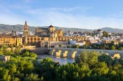 Cattedrale, Moschea e ponte romano, rdoba del ³ di CÃ, Spagna fotografie stock libere da diritti