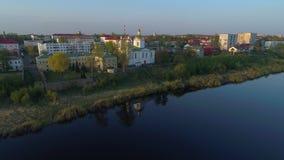 Cattedrale nel paesaggio della città, sera di epifania di aprile Polatsk, Bielorussia stock footage