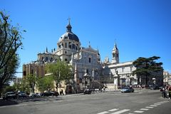 Cattedrale Santa Maria la Real de la Almudena, Madrid, Spagna La cattedrale è vicino a Royal Palace a fotografia stock libera da diritti