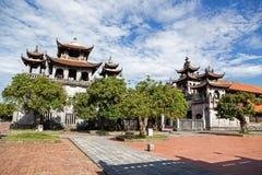 Cattedrale sexy di Diem sotto cielo blu in Ninh Binh, Vietnam fotografia stock libera da diritti