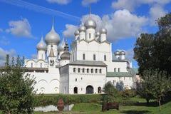 Cattedrali del Cremlino di Rostov contro il cielo blu immagine stock libera da diritti