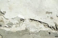 Cattiva base del fondamento sulla vecchia casa o parete incrinata di costruzione della facciata del gesso con il fondo del matton Fotografia Stock Libera da Diritti