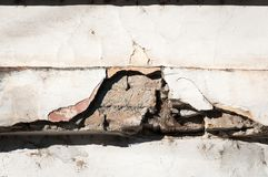 Cattiva base del fondamento sulla vecchia casa o parete incrinata di costruzione della facciata del gesso con il fondo del matton Immagine Stock Libera da Diritti