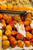 cattiva bio- mela di colore marcio nel mercato immagine stock