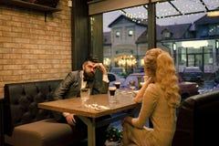 Cattiva data delle coppie, delle relazioni dello smembramento e dell'amore Riunione d'affari dell'uomo e della donna Giorno di bi fotografia stock
