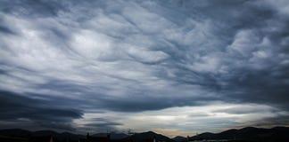 Cattivo tempo tempestoso sopra le montagne Fotografie Stock Libere da Diritti