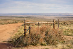Cattleguard et scène de Barbed Wire Western de barrière Photo libre de droits