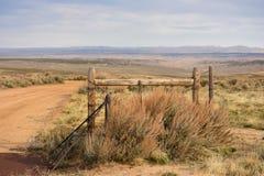 Cattleguard och staketBarbed Wire Western plats royaltyfri foto