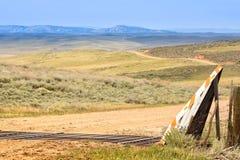 Cattleguard på vägen som blir skallig berget arkivbilder