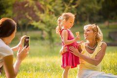 Cattura dei momenti felici della famiglia Fotografia Stock