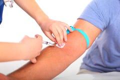 Cattura del campione di sangue dal braccio della pazienza Fotografia Stock
