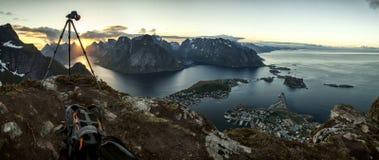 Cattura del momento: Tramonto sopra Reine, isole di Lofoten Fotografie Stock