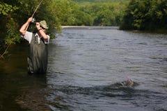 Catture del pescatore dei salmoni Immagine Stock Libera da Diritti