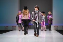 catwalkbarnmodeller går Arkivfoton