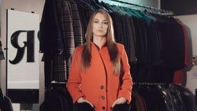 catwalking在富有的精品店的红色皮大衣的富有的夫人 迟缓地 影视素材