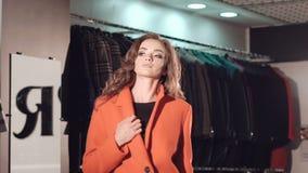 catwalking在富有的精品店的红色皮大衣的富有的夫人 影视素材