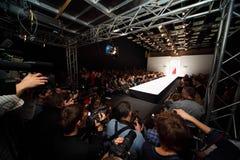 catwalkmode går modellshow två Royaltyfria Bilder
