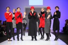 catwalkmodeller som plattforer unqwear Royaltyfri Fotografi