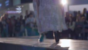 Catwalkpassage, modell i höga häl och kläder av den nya samlingen som går på landningsbana under modevecka lager videofilmer