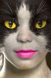 Catwoman com os olhos brilhantemente amarelos fotos de stock