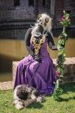 Catwoman z psa i personelu obsiadaniem na ścianie fosa podczas zdjęcie royalty free