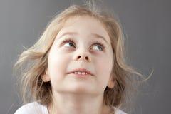 Caucásico sonriente feliz cinco años de la muchacha rubia del niño Fotos de archivo libres de regalías