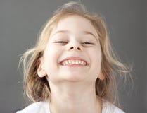 Caucásico sonriente feliz cinco años de la muchacha rubia del niño Foto de archivo