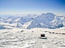 caucas山挂接土坎snowcat视图 库存图片