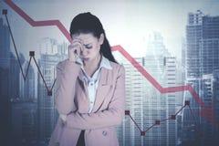 Caucasian affärskvinna med att gå ned statistik Royaltyfri Bild