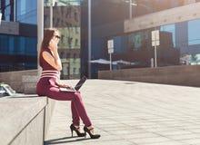 Caucasian affärskvinna som utomhus arbetar med bärbara datorn royaltyfria bilder