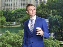 Caucasian affärsman med att tänka för kaffe Royaltyfria Bilder